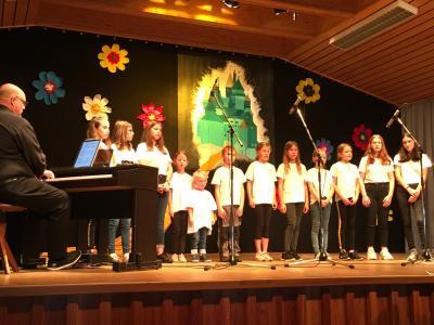 Foto zur Meldung: Kinderchöre des MGV zu Besuch bei der Liederkrone in Neubrunn