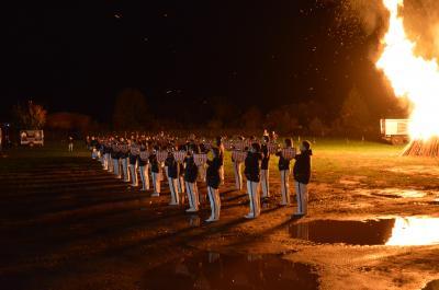 Der Fanfarenzug des KSC Strausberg in stimmungsvoller Optik vor dem großen Lagerfeuer.