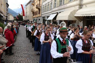 Tausende von Besuchern säumten die Straßen beim diesjährigen Traubenfest von Meran - Foto: Joachim Hahne / johapress