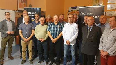 Ehrenamtsveranstaltung 2019: v. l. Johan Host (KFV Ehrenamtsbeauftragter), Michael Gniefke, Silvio Falk, Roland Henkelmann, Klaus Welzer, Gerd Wisnewski, Heiko Rohde, Uwe Frank, Heiko Rose, Joachim Masuch (LFV Präsident), Sven Kebschull, Friedbert Ohms, Jürgen Prüter (KFV Ehrenmitglied) und Werner Stender (es fehlt Jürgen Block)