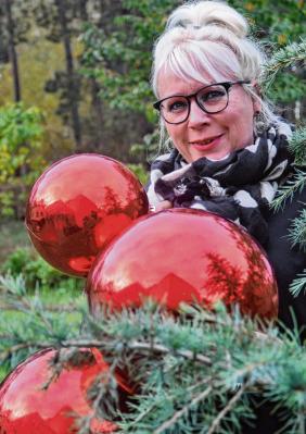 Freut sich auf viele Schmuck-Ideen für den Weihnachtsbaum im Gemeindesaal: Vereinsvorsitzende Andrea Weinke-Lau. Muen