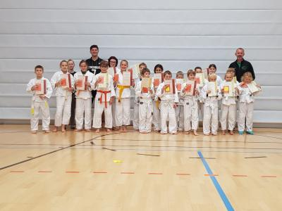 Foto zur Meldung: 18 Ju-Jutsu Kinder vom TV-Wallersdorf  stellten sich der Prüfung.