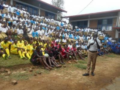 Versammlungen der Schule finden im Freien statt