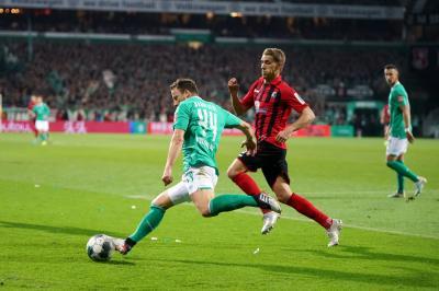 Nils Petersen (rechts) traf gegen seinen Ex-Verein zweimal und rettet dem SC Freiburg beim 2:2 an der Weser einen Punkt - Foto: Joachim Hahne / johapress