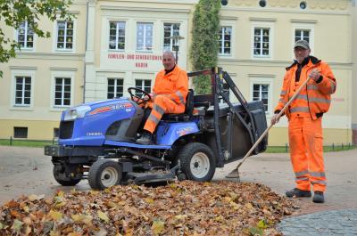 Um die Laubentsorgung auf dem Rathausplatz kümmern sich die Mitarbeiter der DLG Nauen.