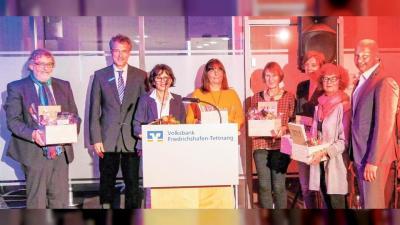 Seit 15 Jahren gibt es den Förderpreis und das wird gefeiert mit Hajo Fickus, Jürgen Strohmaier, Angelika Banzhaf, Margrit Wolff, Annette Hengge, Andrea Edler, Roswitha Stumpp, Dirk Boden (von links). (Foto: Annette Rösler)