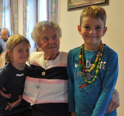 Die Jubilarin Frau Ursula Tenhaeff mit zwei ihrer Urenkel