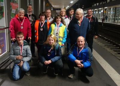 Unsere Sportlerinnen und Sportler auf dem Rückweg vom Schwimmwettkampf