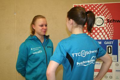 Laura Hofmann (links) betreut ihre Teamkameradin Lina Hoffmann (rechts)