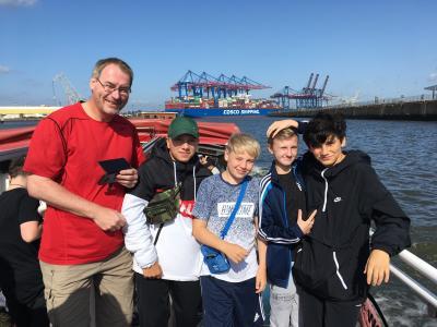 Im Hamburger Hafen mit Lehrer Rolf Steinke