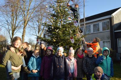 Vormittags hingen die Kinder den selbst gemachten Baumschmuck auf, der abends besungen wurde