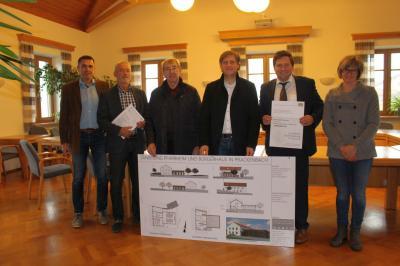 Foto zu Meldung: Vorweihnachtliches Geschenk für die Gemeinde Prackenbach zur Sanierung von Pfarrheim mit Bürgerhaus