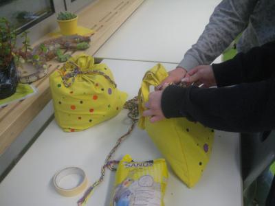 Foto zur Meldung: Aktion Tür-Stopper-Produktion für die Klassenzimmer