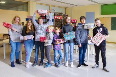 Rektorin Frau Klehe, Gina Rudl und die Schülersprecher der Grundschule und Mittelschule Sennfeld  Foto: Sabrina Wellisch
