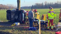 Vorschaubild zur Meldung: Auto prallt gegen Baum – Fahrer stirbt noch an der Unfallstelle