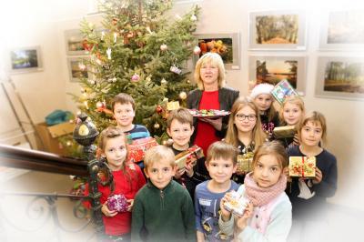 Die Sorbisch-Schüler der Klasse 3b schmückten gemeinsam mit Klassenlehrerin Simone Prey den Weihnachtsbaum im Rathaus. Foto: Stadt Calau / Jan Hornhauer