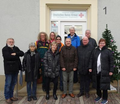 Bürgerbus-Fahrer und Partnerinnen bei Erste-Hilfe-Kurs vor dem alten Rathaus in Bad Rappenau