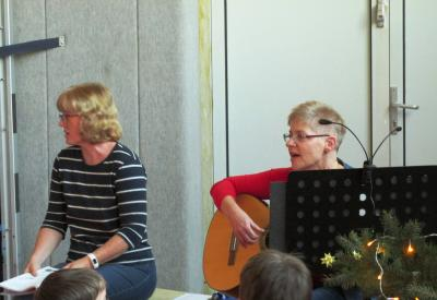 Frau Miesler und Frau Beermann eröffnen mit dem traditionellen Adventssingen.