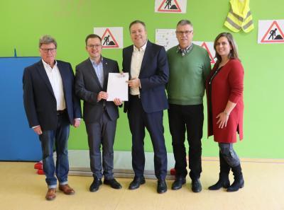Vorschaubild zur Meldung: Fördermittel für Kinderkrippe in Flieden aufgestockt - Erster Kreisbeigeordneter Frederik Schmitt überreicht Bewilligungsbescheide