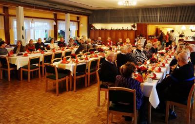 Foto zur Meldung: Leckere Kuchen, fröhliche Kinder, unterhaltsame Geschichten – eine schöne Seniorenweihnachtsfeier