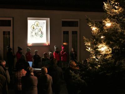 Foto zur Meldung: Eröffnung Adventsfenster