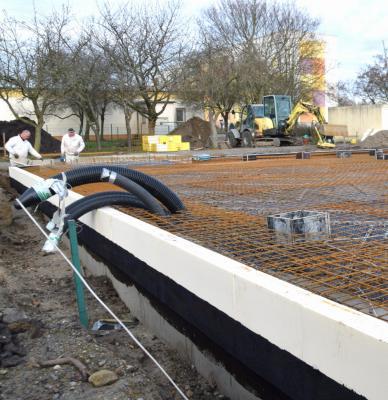 An der Schipkauer Kita arbeiten Mitarbeiter eines Bauunternehmens aus Schwarzheide derzeit an der Bodenplatte des Anbaus, in dem zukünftig vorrangig Kleinkinder betreut werden sollen.