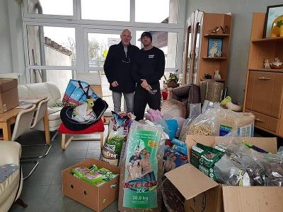 Dirk und Uwe Bernsee mit einem Riesenberg an Spenden