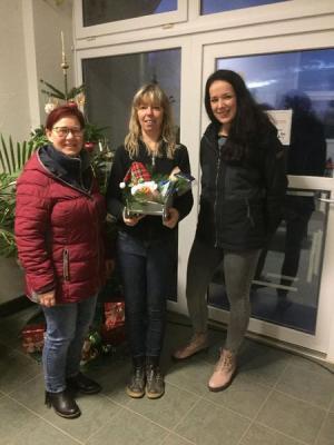 Spendenübergabe von Mitarbeitern der Techniker Krankenkasse Magdeburg an Tierheimchefin Astrid Finger