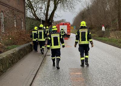 Foto zur Meldung: Feuerwehr im Kampf gegen Ölspur in der Ortsdurchfahrt