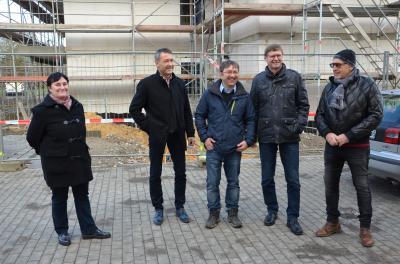 Jens Bönold von Bönold Bau Tief- und Straßenbau (Mitte) bei der Baustelle Wohnresidenz in Schipkau im Gespräch mit Investor Josef Meier. (Foto: Landkreis/Pusch)