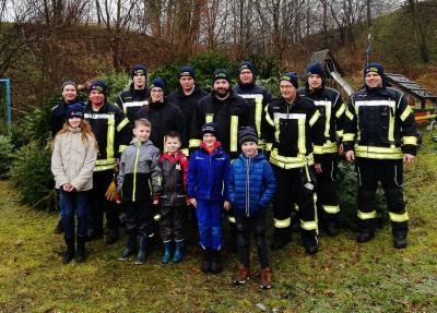 Foto zur Meldung: 86 Weihnachtsbäume gesammelt – Feuerwehr verbrennt sie am 25. Januar