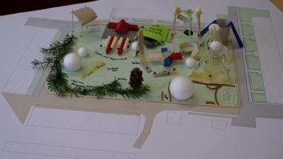 Vorschaubild zur Meldung: Bürger*innen aus Kyritz-West präsentieren ihre Modelle zur Gestaltung des Nachbarschaftstreffs Innenhof Werner Straße