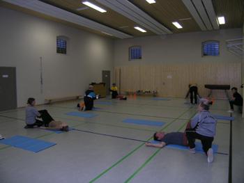 Teilnehmer eines früheren Kurses während einer Kurseinheit.