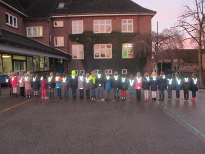 Ausgerüstet mit Sicherheitskragen werden die Schülerinnen und Schüler der 1.Klasse nun besser im Dunkeln gesehen