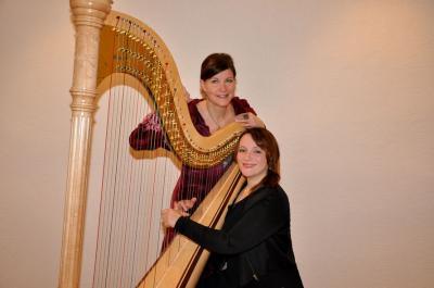 Das Bild zeigt die Märchenerzählerin Tina SonnenHerz und ihre Begleitung an der Harfe, Camilla Pinder.