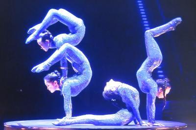 anmutige Akrobatik junger Frauen