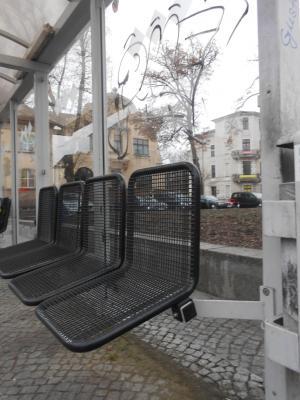 Vorschaubild zur Meldung: Kaputte Bänke in zwei Buswartehäuschen werden ausgebaut und repariert