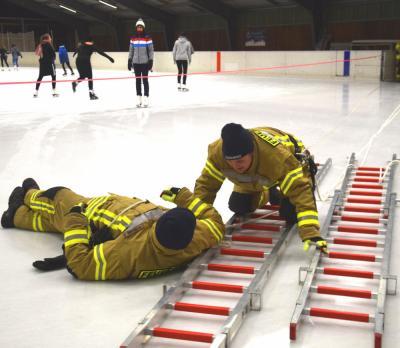Professionelle Handgriffe: Die Annahütter Feuerwehr-Kameradin Daniela Donat hilft hier dem vermeintlichen Opfer Steve Herzog auf die rettende Leiter.