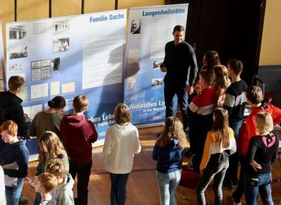Vorschaubild zur Meldung: Schülerinnen und Schüler gedenken des Tages der Befreiung von Auschwitz und starten in eine fächer-übergreifende Unterrichtswoche.
