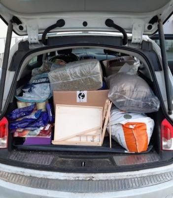 ein Kofferraum voller Spenden