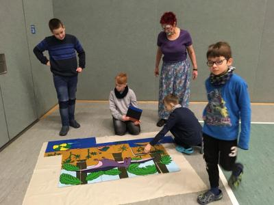 Gruppenpuzzlen mit der Umweltclownin
