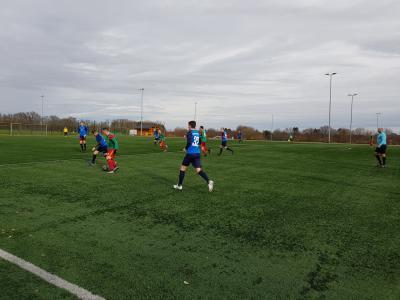 Spielszene aus dem Testspiel unserer 1.Herren gegen den SV Ahlerstedt/Ottendorf. Daniel Wiechert behauptet sich gegen seinen Gegenspieler.