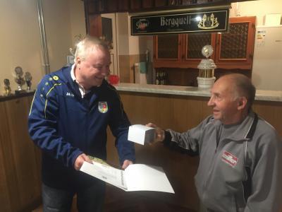 Foto zur Meldung: Ehrung für langjährigen Nachwuchstrainer durch Fußballverband