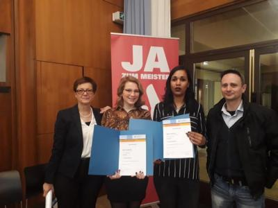 v.l.n.r. Ute Spanier (Abteilungsleiterin und Fachlehrerin), Sarah Goedecke, Nadine Scheibe, Frank Grünke (Fachlehrer)