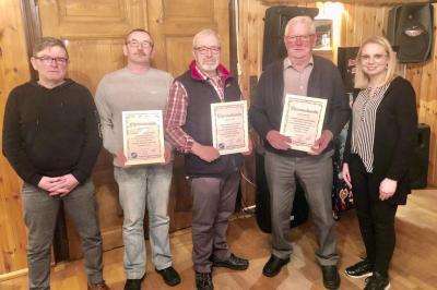Ehrungen für langjährige Mitgliedschaft im SV Mackensen: (von links) 1. Vorsitzender Ullrich Hoffmann, Hans-Jürgen Maier (25 Jahre), Willi Heinemeyer (40 Jahre), Bernd Garbe (40 Jahre) sowie Julia Henne (Fußballfachwartin).
