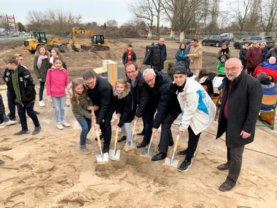 Erster Spatenstich für das neue Hortgebäude, das voraussichtlich im August 2021 fertig gestellt wird.