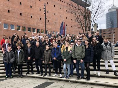 Bevor das Konzert begann, posierte unsere glückliche Schülergruppe am Fuße der Elbphilharmonie für ein gemeinsames Erinnerungsfoto