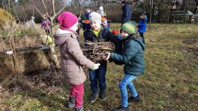 Foto zur Meldung: Projekt Streuobstwiese: Bäume schneiden und Büschele binden