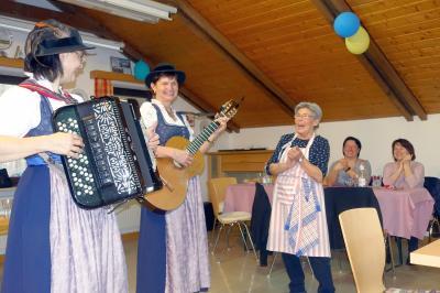 Vorschaubild zur Meldung: Die Couplet–Sängerinnen Drent & Herent hatten ein sehr abwechslungsreiches Programm für den Seniorenfasching am 14. Februar 2020 im Unterrichtsraum des Feuerwehrgerätehauses