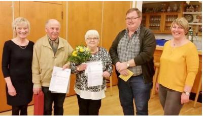 Gratulierten: Anne Bertelt (Vorsitzende), Horst Ditter, Irmgard Merle, Klaus Schwalm (Sängerkreis Schwalm-Knüll) und Petra Heck (Vorsitzende). Foto: Raili Orrava